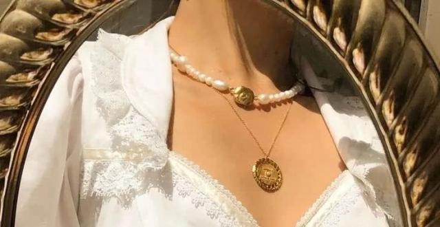 """""""珍珠项链;珍珠;复古;香奈儿;配饰""""穿出欧美范▲这样戴,珍珠项链轻松化身时髦利器"""